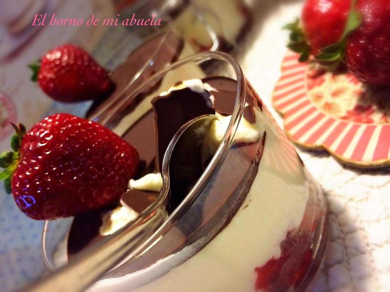 Vasitos de Mousse de Mascarpone con fresas y crujiente de chocolate